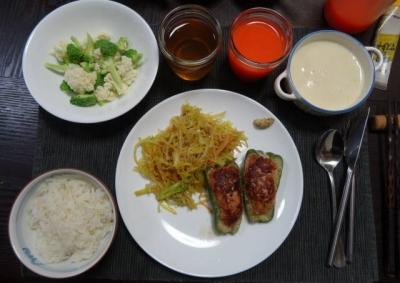 スタッフ ド ピーマンと生野菜の夕食