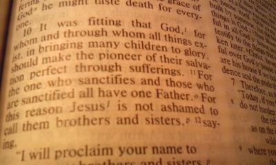 ヘブライ2:10(NRSV)