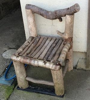 雛あらし木の椅子