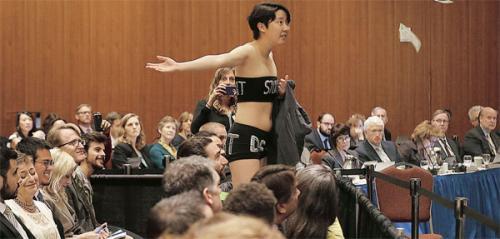 裸で抗議 米国 韓国人女子学生