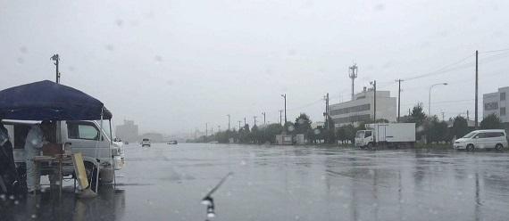 八戸館鼻朝市 大雨