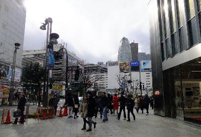 夕方の新宿駅前