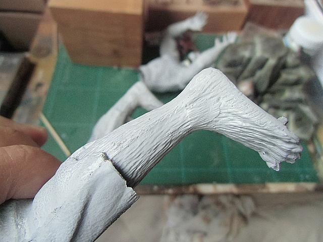 毛を彫り込んだ足首