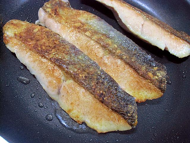 鮭の両面をよく焼く