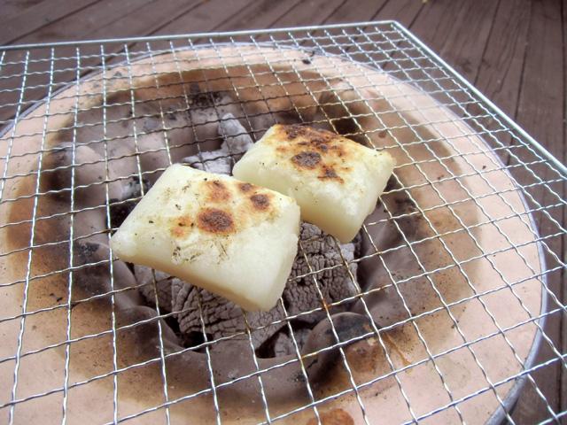 餅を炭で焼く