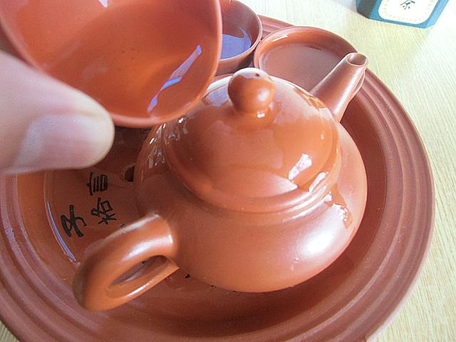 3-茶碗の湯を急須にかける