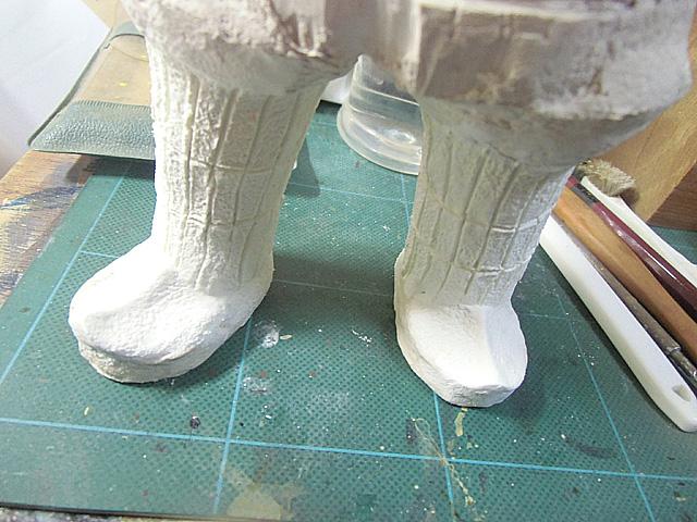 具足部分のスジを彫る