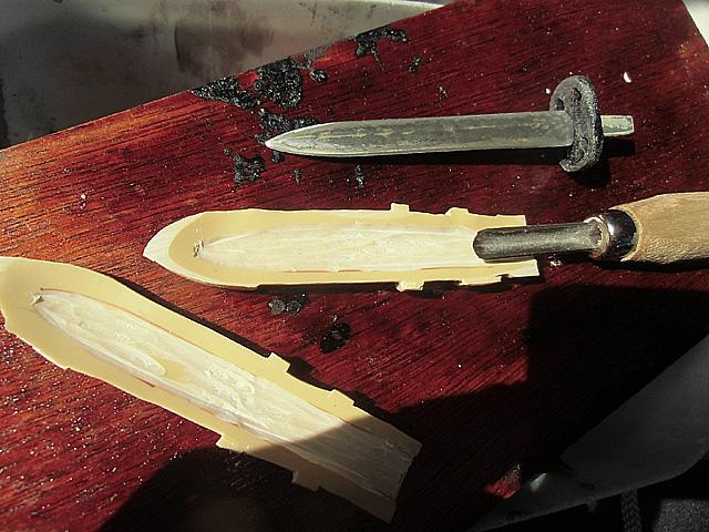 5-剣の部分を彫っている