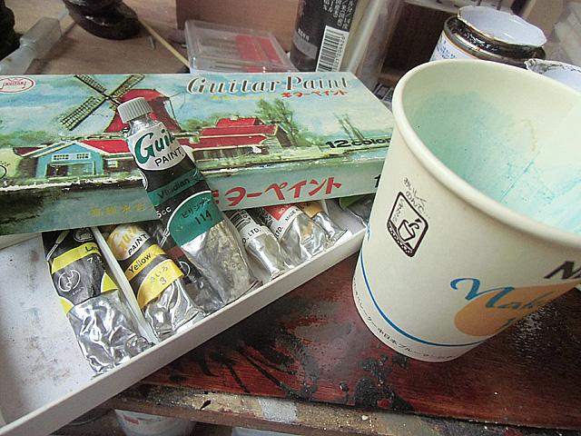 緑の絵の具を水で溶く
