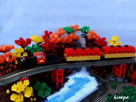 nano紅葉の中を走るトロッコ列車C450