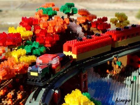 nano紅葉の中を走るトロッコ列車G450