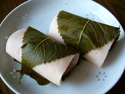 400px-A_rice_cake_filled_with_sweet_bean_paste_and_wrapped_in_a_pickled_cherry_leaf,katori-city,japan