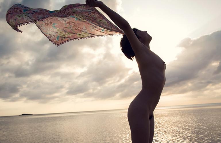すべてを脱ぎ去った全裸の美しさ。