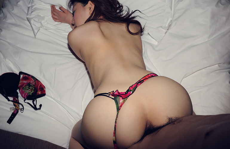後ろからハメてる後背位セックス画像