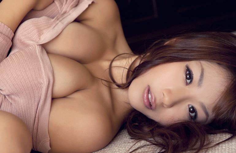 西田麻衣 こぼれそうなおっぱいを抱くグラビア