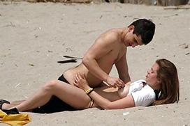 海外のビーチ、堂々とセックスしてるカップル多すぎてアウトすぎる・・