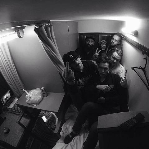 外国人が撮った7人室内の画像