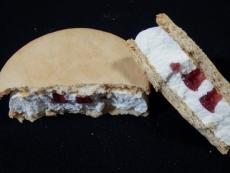 木苺のレアチーズケーキサンドアイス