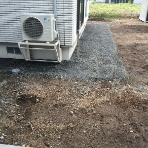 砂利と防草シート