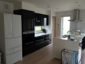 東芝の冷蔵庫と黒のキッチン