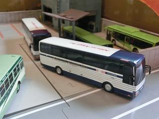観光バスが営業所から出るところ