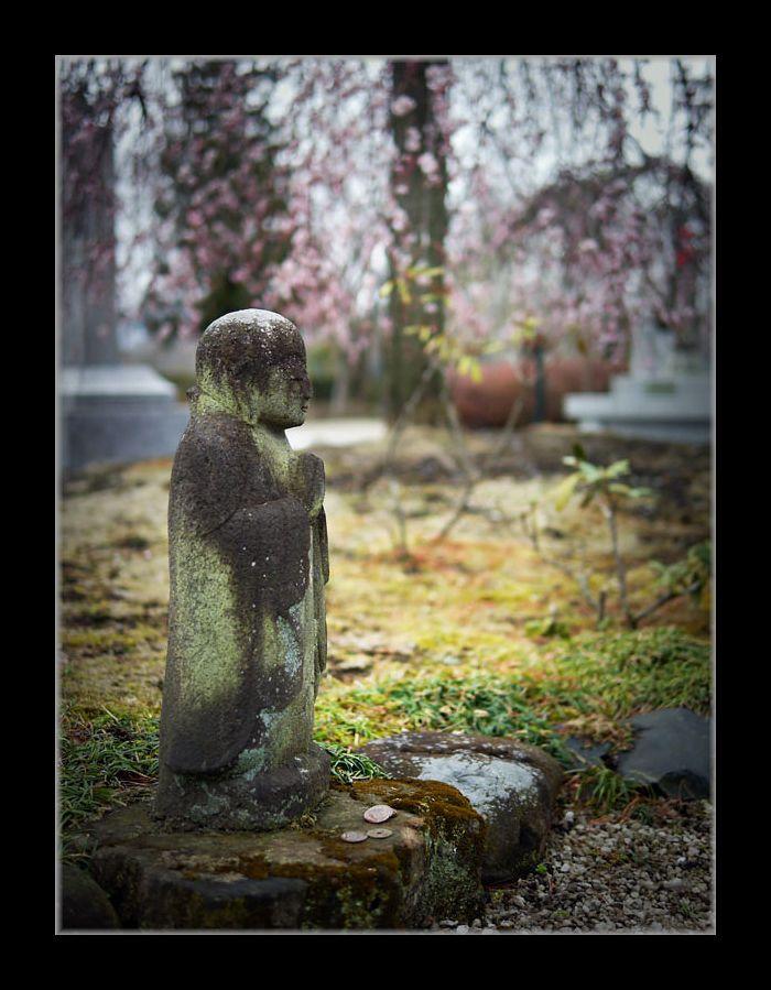 小さな石像