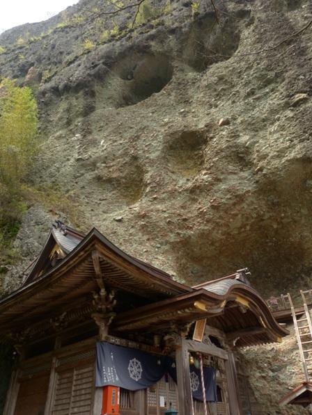 岩屋寺 本堂と礫岩峰