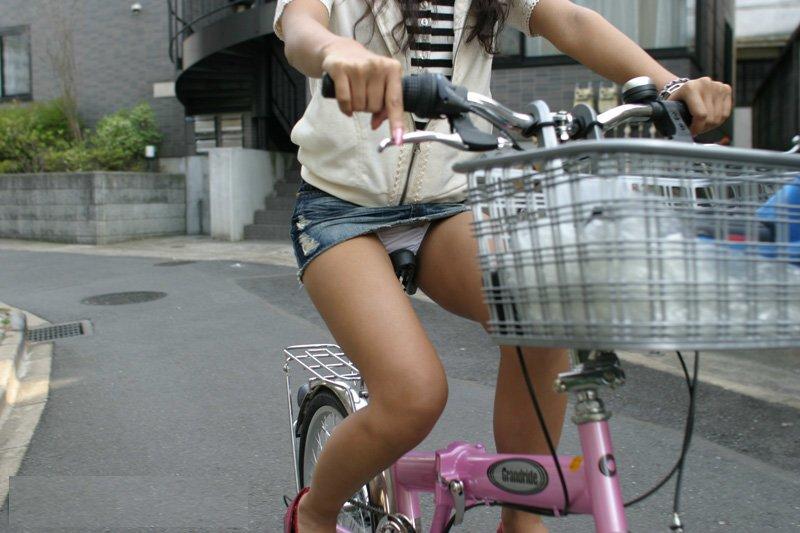 自転車パンチラ脚4