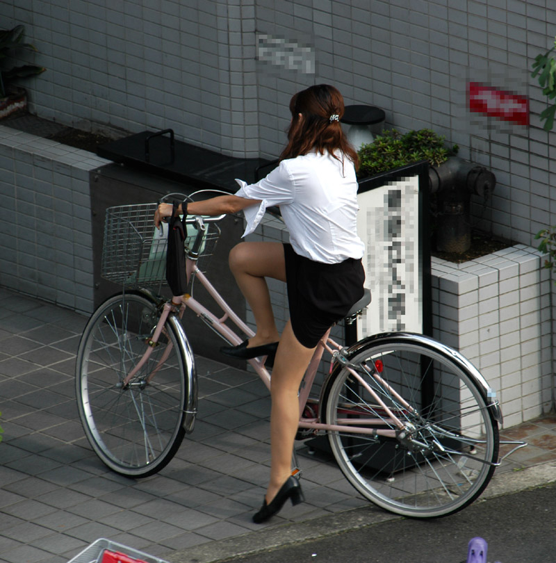 自転車パンチラ脚11