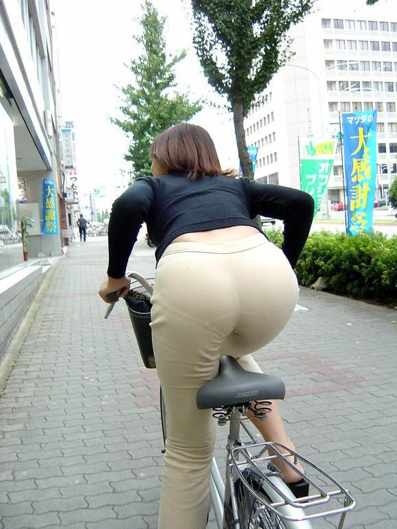 自転車パンチラ脚17