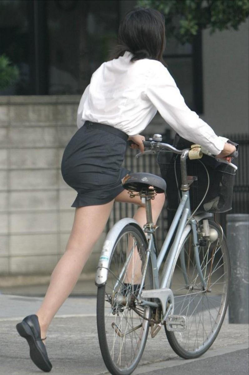 自転車パンチラ脚23