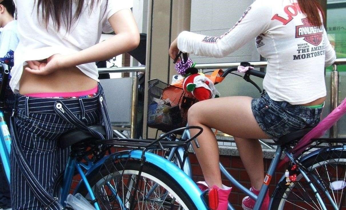 自転車パンチラ脚24