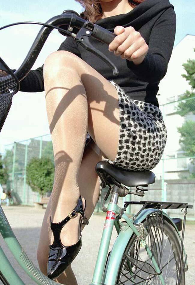 自転車パンチラ脚25