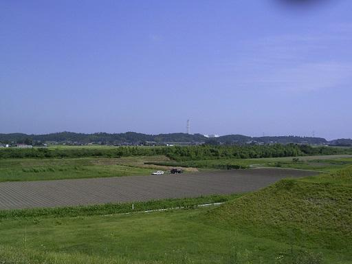 桜井古墳前方部より新田川を望む