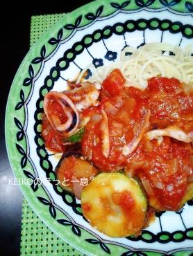 トマトソースパスタと満足サラダプレート4