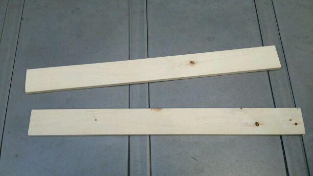扉の上の木材を切った