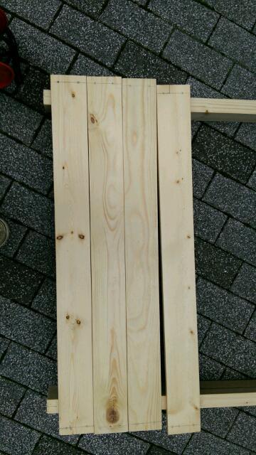扉の枠の上の木材ドリル4つ