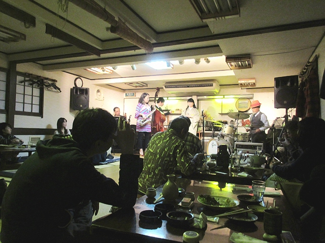 入江食堂ジャズライブ。ビンチョスバルでワインヽ(^o^)丿