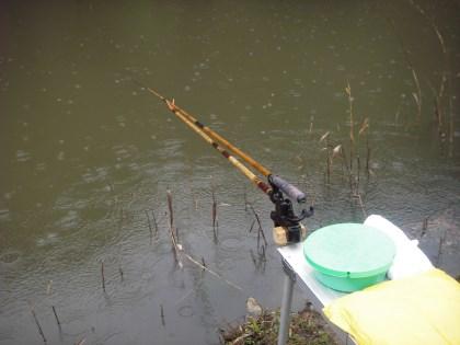 雨の中の釣り座