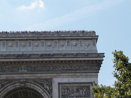 7月29日パリの凱旋門、屋上に観光客が一杯
