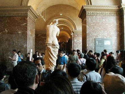 7月30日ルーブル美術館、人が多くてビーナスのお尻しか見えない
