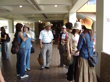挙式後の観光、新郎の父が立派な帽子を買ったよく見ると中国製