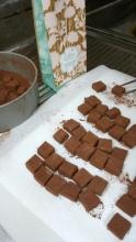 生チョコ袋詰め作業