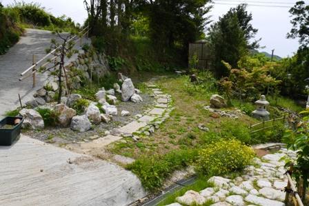 羽山神社・花壇と石畳