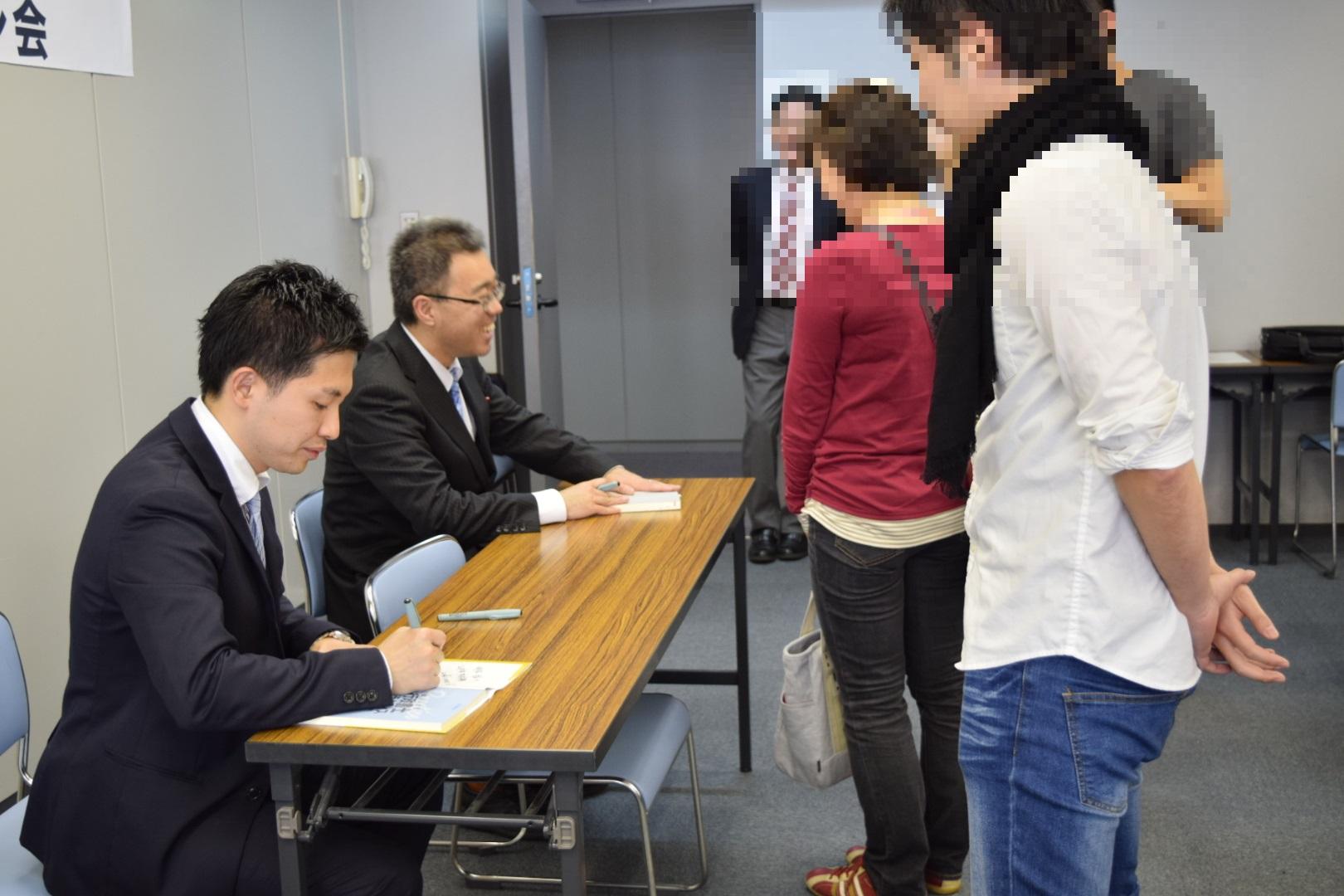 黒沢先生がサインしているところモザイク