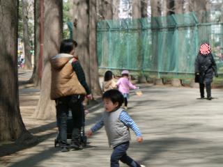 手を繋ぐ3歳女子2名