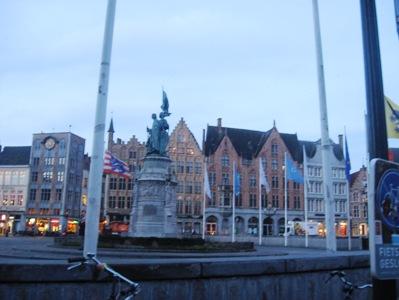 ブルージュのマルクト広場の像