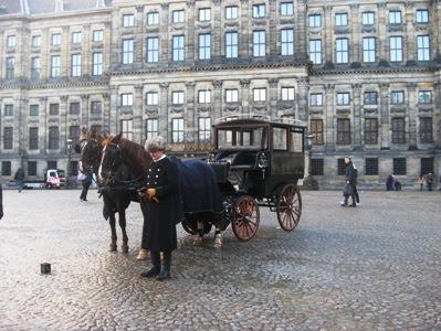 アムステルダムのダム広場の馬