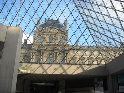 ピラミッド内から見るルーブル美術館