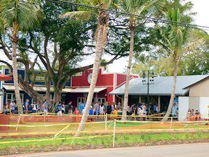 マツモトシェーブアイスの新しい店舗に並ぶ観光客
